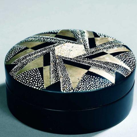 Boîte ronde en laque noire. 1929.